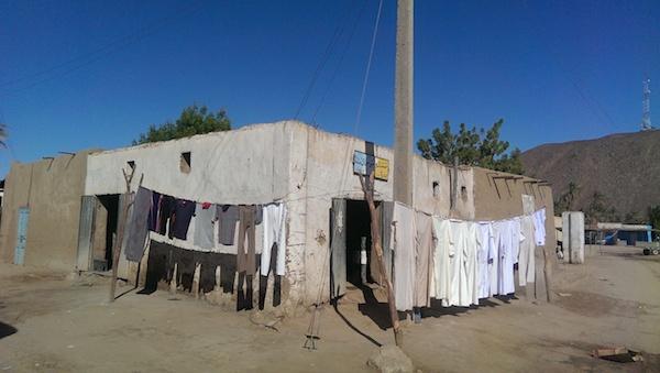 Chilabas tendidas en aldea nubia