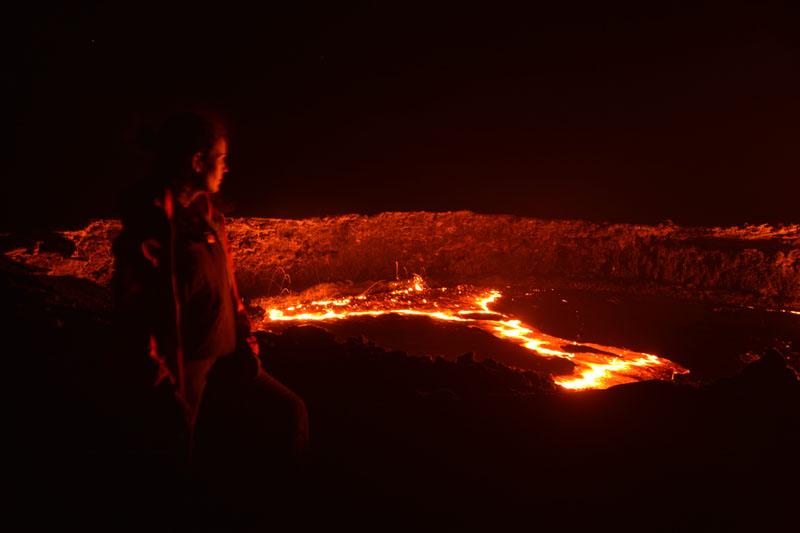 Contemplando el volcán