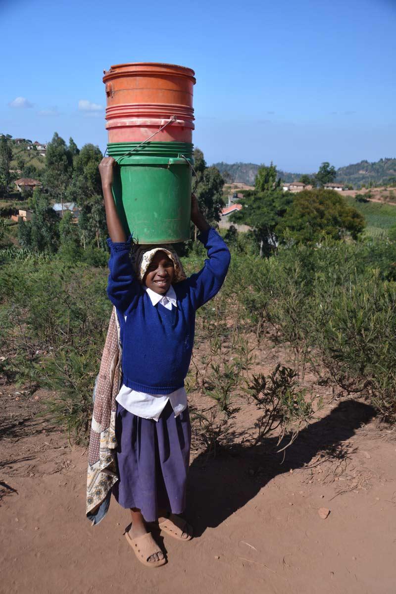 2 Niña portando cubos de agua