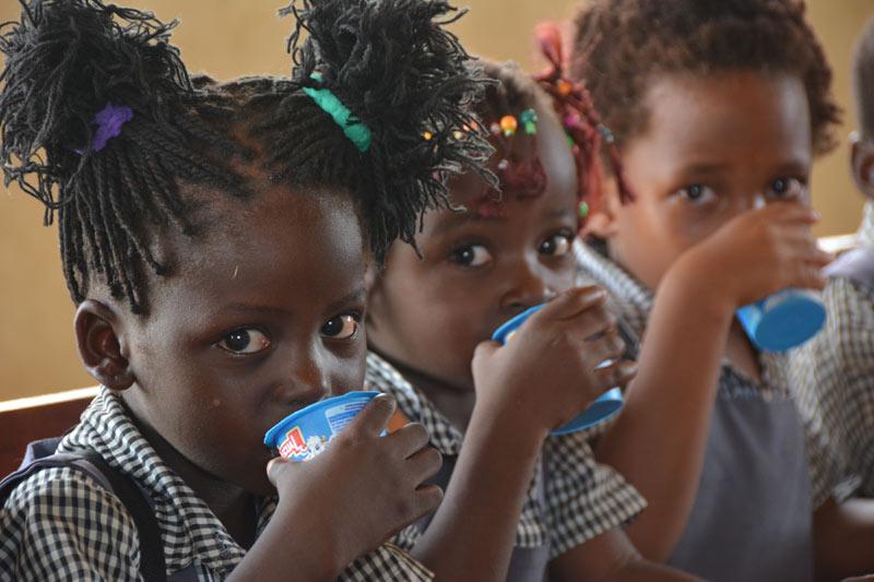 Niños bebiendo la leche en la misión de Malawi