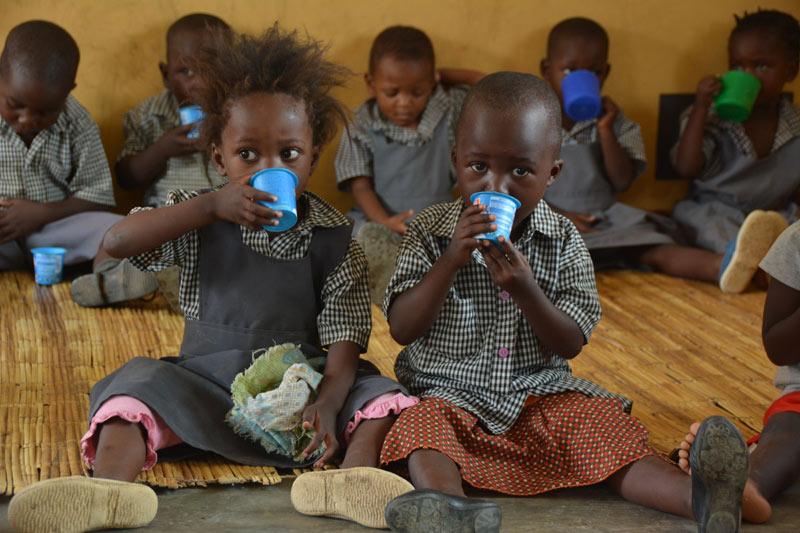 Los niños con su ración diaria de leche