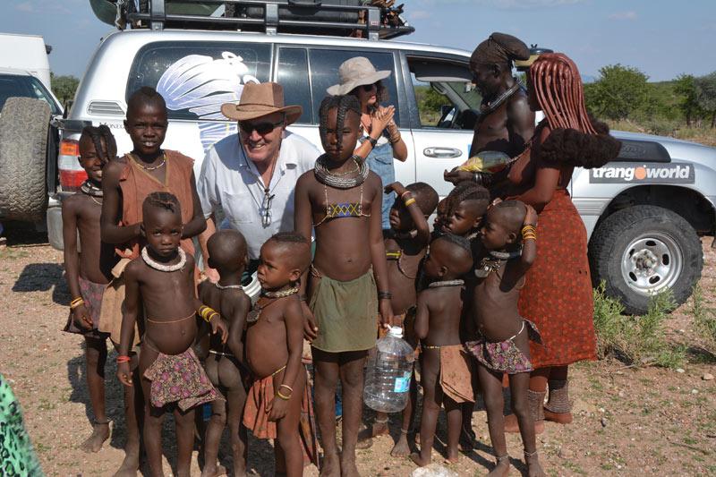 Ignacio con los niños de la aldea