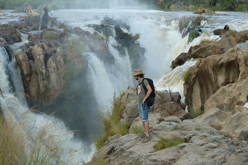 Contemplando las cataratas Epupa