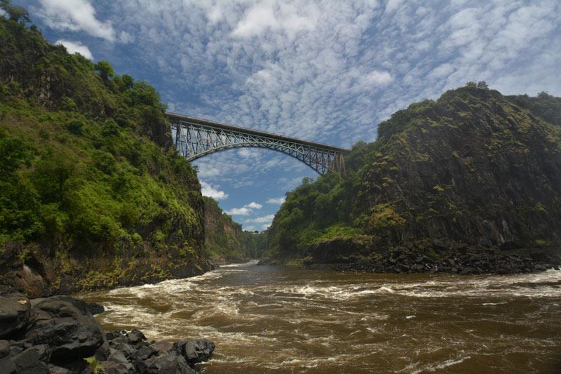 El puente que une Zambia y Zimbabue sobre el río Zambeze