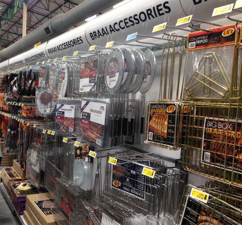 Uno de los pasillo de un supermercado con los accesorios para la barbacoa